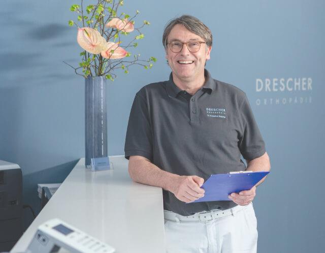 Orthopäde Doktor Drescher in seiner Praxis