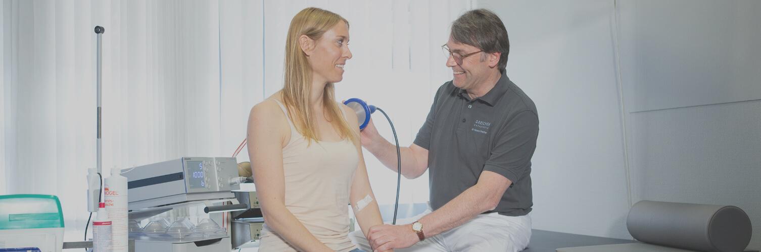 Orthopäde bei Durchführung von Stoßwellentherapie in Freiburg